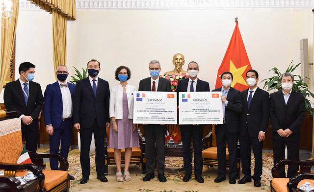 Việt Nam tiếp nhận tượng trưng 1,5 triệu liều vắc xin phòng Covid-19 do Pháp và Italy trao tặng  - Ảnh 1.