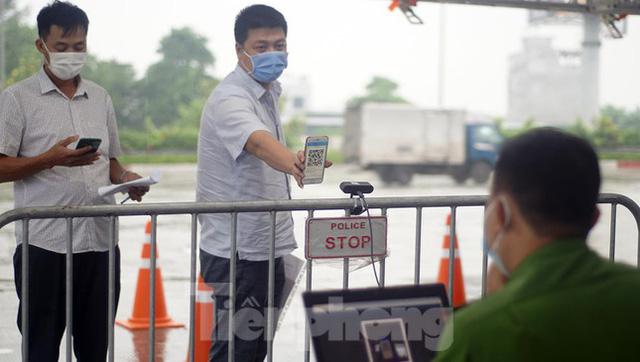 Bộ Công an bắt đầu quét mã QR Code cho xe cá nhân tại 23 chốt kiểm soát dịch ở Hà Nội  - Ảnh 4.