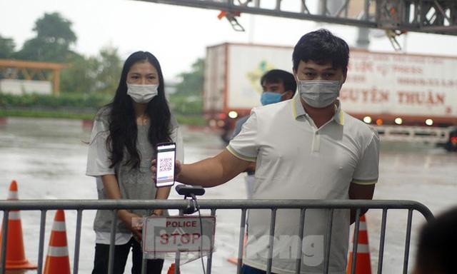 Bộ Công an bắt đầu quét mã QR Code cho xe cá nhân tại 23 chốt kiểm soát dịch ở Hà Nội  - Ảnh 6.