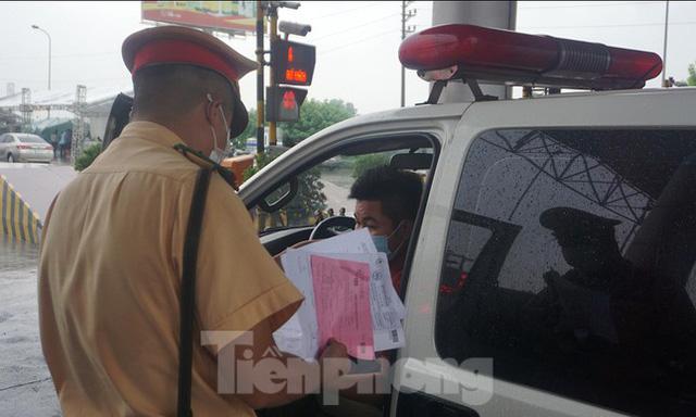 Bộ Công an bắt đầu quét mã QR Code cho xe cá nhân tại 23 chốt kiểm soát dịch ở Hà Nội  - Ảnh 8.