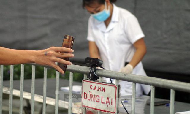 Bộ Công an bắt đầu quét mã QR Code cho xe cá nhân tại 23 chốt kiểm soát dịch ở Hà Nội  - Ảnh 9.