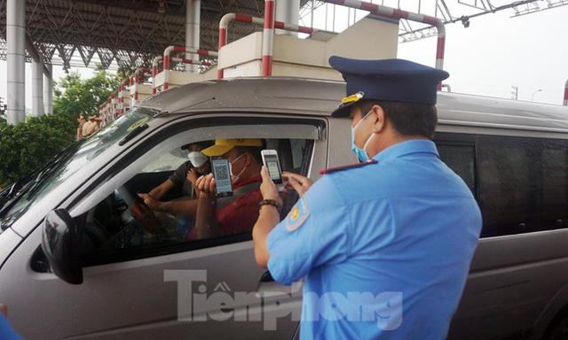 Bộ Công an bắt đầu quét mã QR Code cho xe cá nhân tại 23 chốt kiểm soát dịch ở Hà Nội  - Ảnh 10.