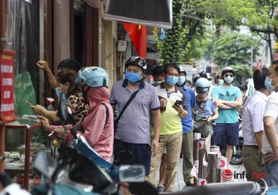 Thị trường bánh Trung thu Hà Nội, nơi xếp hàng dài chờ mua, nơi lại vắng khách  - Ảnh 1.