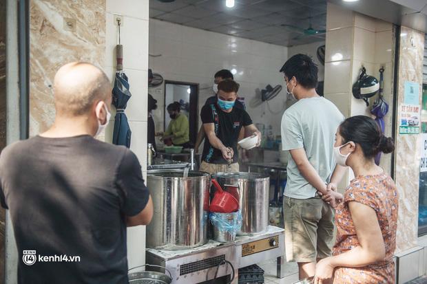 Hà Nội: Danh sách 19 quận, huyện, thị xã dự kiến được bán hàng ăn, uống mang về từ 12h ngày 16/9 - Ảnh 1.