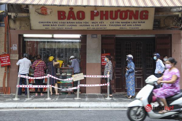 Thị trường bánh Trung thu Hà Nội, nơi xếp hàng dài chờ mua, nơi lại vắng khách  - Ảnh 13.