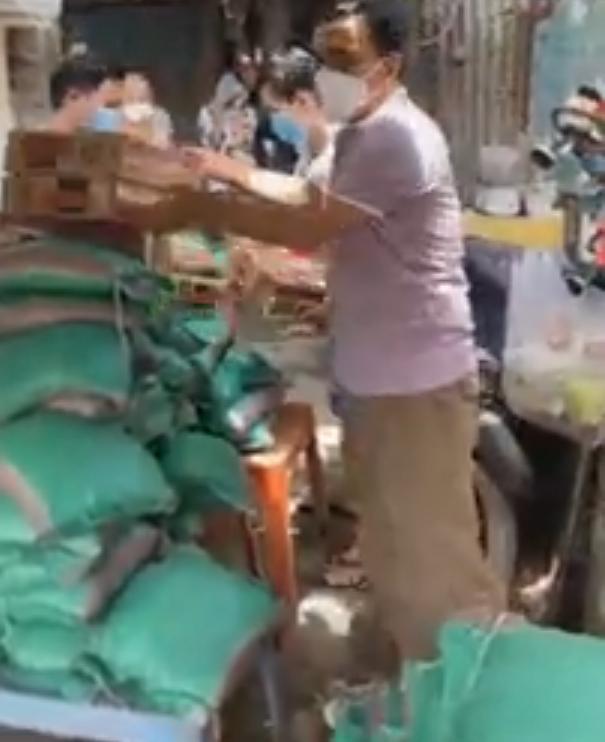 Quyền Linh tới xóm ve chai, người dân hỏi tiền cứu trợ và phản ứng xúc động của nam MC - Ảnh 2.
