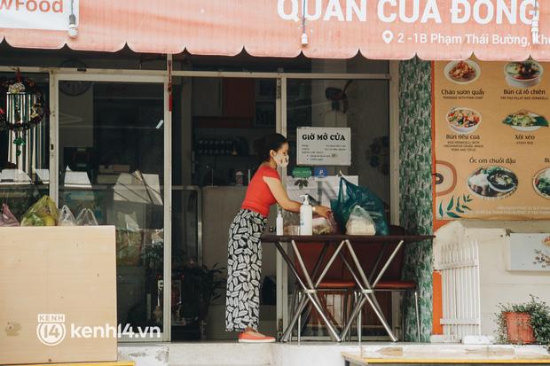 Ngày đầu quận 7 tái hoạt động: Quán ăn bán trực tiếp cho người dân mang về, cửa hàng điện thoại, tiệm sửa xe đã mở lại - Ảnh 4.