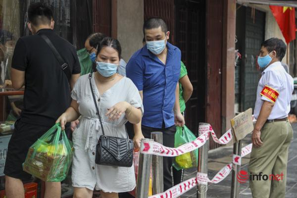 Thị trường bánh Trung thu Hà Nội, nơi xếp hàng dài chờ mua, nơi lại vắng khách  - Ảnh 5.