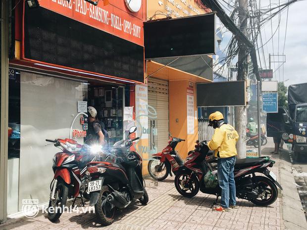 Ngày đầu quận 7 tái hoạt động: Quán ăn bán trực tiếp cho người dân mang về, cửa hàng điện thoại, tiệm sửa xe đã mở lại - Ảnh 6.