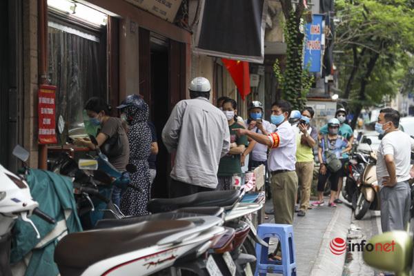 Thị trường bánh Trung thu Hà Nội, nơi xếp hàng dài chờ mua, nơi lại vắng khách  - Ảnh 6.