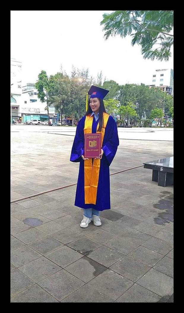 Rò rỉ hình ảnh Á hậu Kim Duyên cầm bằng tốt nghiệp nhưng đã bị Thôi học, nợ đến 43 tín chỉ? - Ảnh 1.