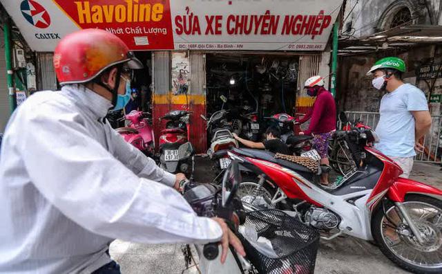 CLIP: Được mở trở lại, nhiều cửa hàng sửa chữa xe máy từ chối nhận khách vì quá tải  - Ảnh 3.