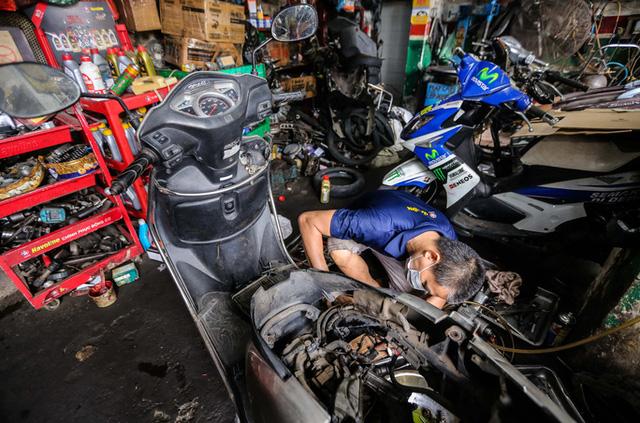 CLIP: Được mở trở lại, nhiều cửa hàng sửa chữa xe máy từ chối nhận khách vì quá tải  - Ảnh 7.