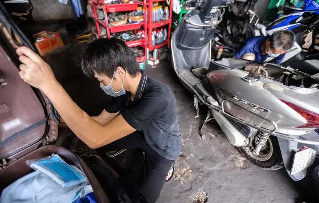 CLIP: Được mở trở lại, nhiều cửa hàng sửa chữa xe máy từ chối nhận khách vì quá tải  - Ảnh 8.