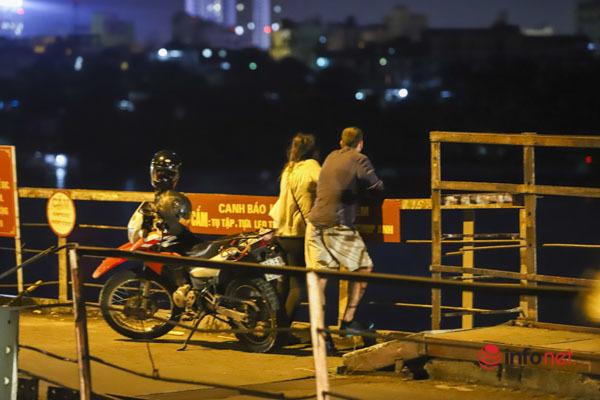 Hà Nội vừa nới lỏng, nhiều người biến cầu Long Biên thành nơi hẹn hò, tụ tập - Ảnh 10.