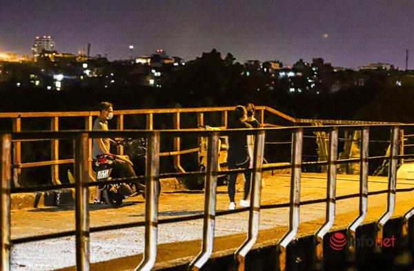 Hà Nội vừa nới lỏng, nhiều người biến cầu Long Biên thành nơi hẹn hò, tụ tập - Ảnh 11.