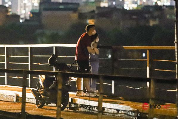 Hà Nội vừa nới lỏng, nhiều người biến cầu Long Biên thành nơi hẹn hò, tụ tập - Ảnh 6.