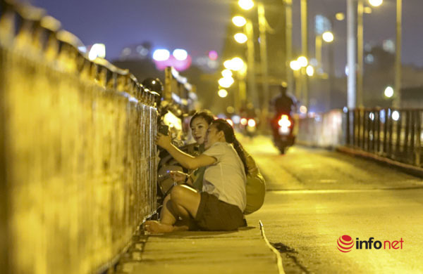 Hà Nội vừa nới lỏng, nhiều người biến cầu Long Biên thành nơi hẹn hò, tụ tập - Ảnh 7.