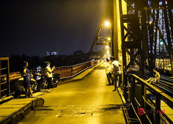Hà Nội vừa nới lỏng, nhiều người biến cầu Long Biên thành nơi hẹn hò, tụ tập - Ảnh 9.