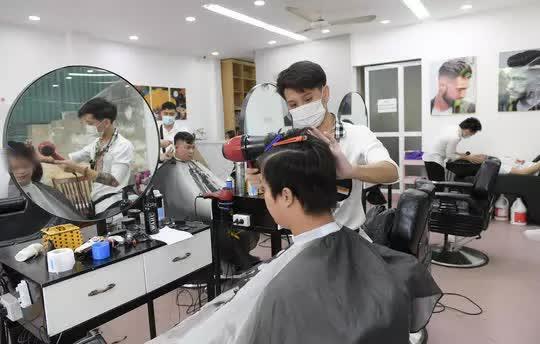 CLIP: Người dân Thủ đô ùn ùn kéo đi cắt tóc trong ngày đầu tiên chấm dứt giãn cách xã hội  - Ảnh 6.