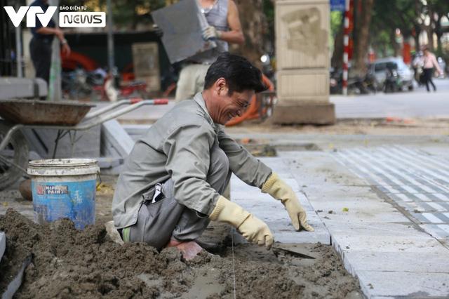 Người lao động Hà Nội vui mừng khi được đi làm trở lại sau chuỗi ngày làm việc tại nhà - Ảnh 6.