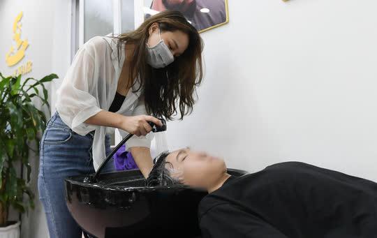 CLIP: Người dân Thủ đô ùn ùn kéo đi cắt tóc trong ngày đầu tiên chấm dứt giãn cách xã hội  - Ảnh 7.