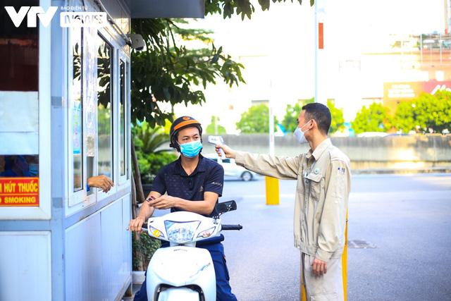 Người lao động Hà Nội vui mừng khi được đi làm trở lại sau chuỗi ngày làm việc tại nhà - Ảnh 7.