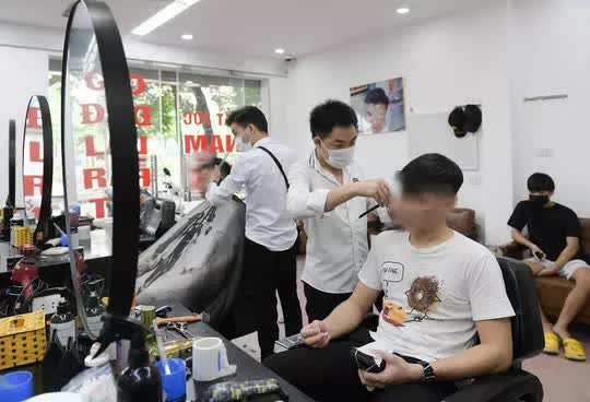CLIP: Người dân Thủ đô ùn ùn kéo đi cắt tóc trong ngày đầu tiên chấm dứt giãn cách xã hội  - Ảnh 8.