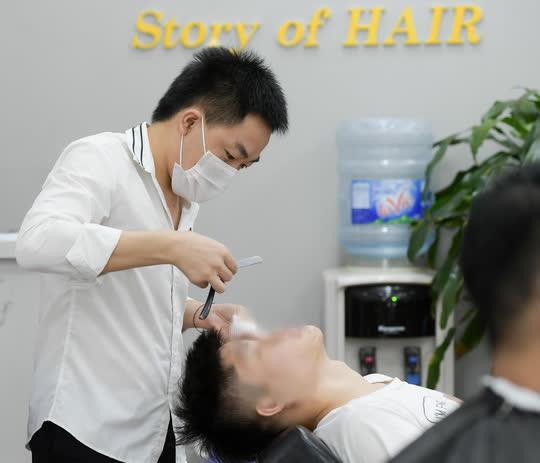 CLIP: Người dân Thủ đô ùn ùn kéo đi cắt tóc trong ngày đầu tiên chấm dứt giãn cách xã hội  - Ảnh 9.