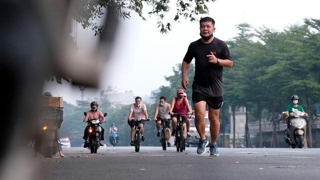 Hà Nội vừa nới lỏng giãn cách, người dân kéo nhau đi tập thể dục, chạy bộ, đạp xe  - Ảnh 1.