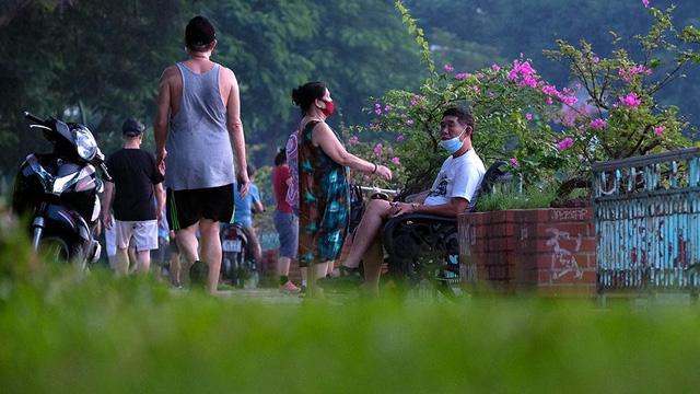 Hà Nội vừa nới lỏng giãn cách, người dân kéo nhau đi tập thể dục, chạy bộ, đạp xe  - Ảnh 2.