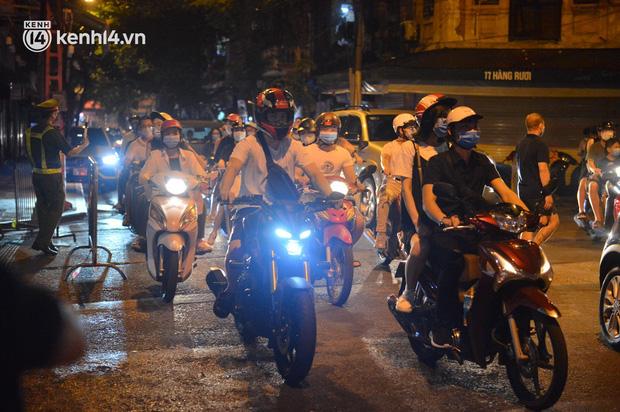 Phó Bí thư Hà Nội: Thành quả chống dịch bị thách thức rất lớn sau việc người dân đổ ra đường đêm Trung thu - Ảnh 1.