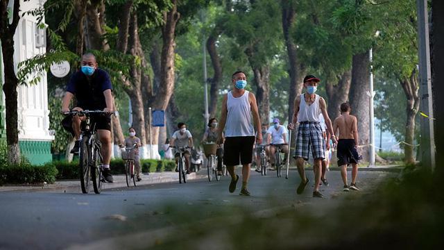 Hà Nội vừa nới lỏng giãn cách, người dân kéo nhau đi tập thể dục, chạy bộ, đạp xe  - Ảnh 12.