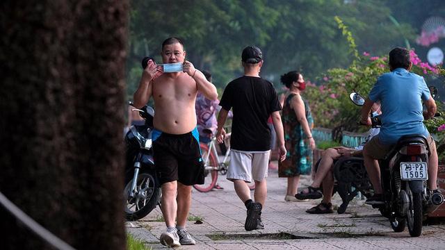 Hà Nội vừa nới lỏng giãn cách, người dân kéo nhau đi tập thể dục, chạy bộ, đạp xe  - Ảnh 5.