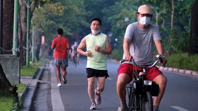 Hà Nội vừa nới lỏng giãn cách, người dân kéo nhau đi tập thể dục, chạy bộ, đạp xe  - Ảnh 6.
