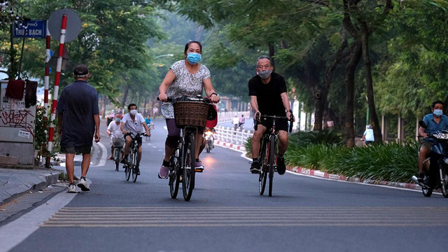Hà Nội vừa nới lỏng giãn cách, người dân kéo nhau đi tập thể dục, chạy bộ, đạp xe  - Ảnh 7.