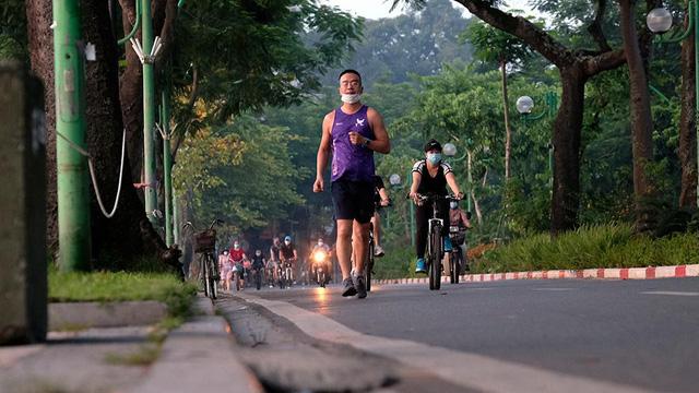 Hà Nội vừa nới lỏng giãn cách, người dân kéo nhau đi tập thể dục, chạy bộ, đạp xe  - Ảnh 8.
