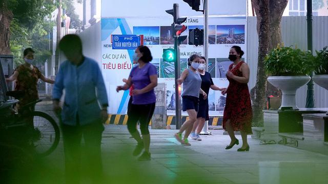 Hà Nội vừa nới lỏng giãn cách, người dân kéo nhau đi tập thể dục, chạy bộ, đạp xe  - Ảnh 9.