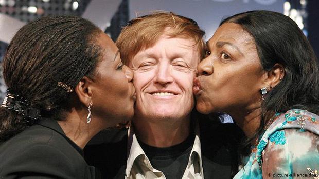 Vụ lừa đảo lớn nhất lịch sử âm nhạc: Nhóm 4 người siêu nổi tiếng nhưng chỉ 1 người biết hát, và giọng đó là của... ông bầu? - Ảnh 2.