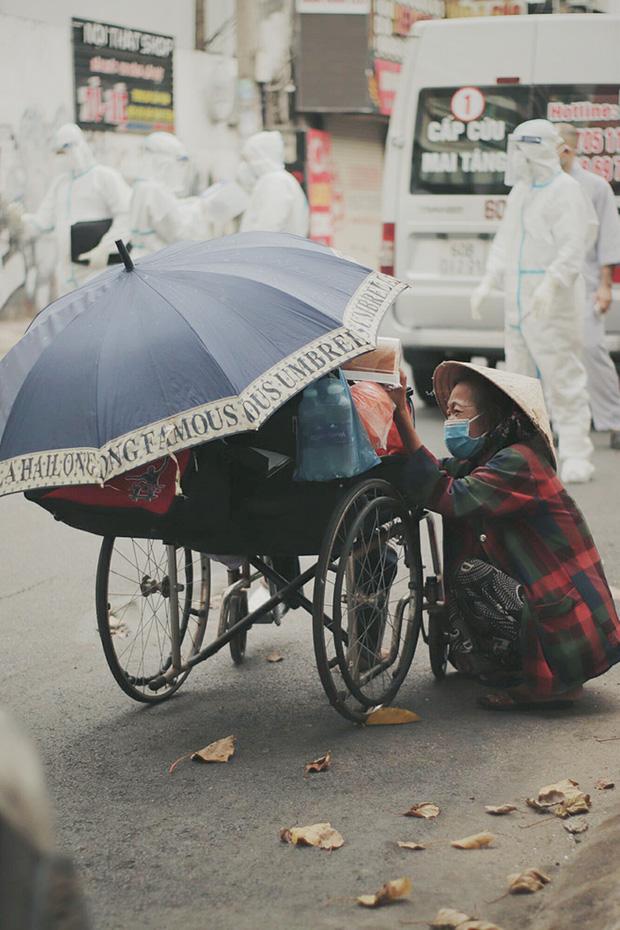 Gặp người vợ gục khóc cạnh xe lăn của chồng từng được Giang Kim Cúc giúp đỡ: Cô Cúc không liên lạc nữa, giờ cô chỉ mong được đi bán vé số lại - Ảnh 2.