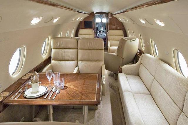Bên trong máy bay giá 28 triệu đô của Ronaldo: 10 năm tuổi nhưng vẫn thuộc top xa xỉ, rộng 80 m2, tiện nghi không kém căn chung cư - Ảnh 2.
