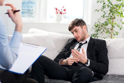 Có thể không cố tình thế nhưng dáng ngồi khom này khiến bạn lép vế, thiếu tự tin và khách hàng sẽ khó lòng tin tưởng bạn.
