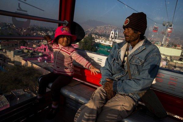 Đi lại bằng cáp treo để tránh tắc đường - Chuyện không lạ ở nhiều thành phố Mỹ Latinh - Ảnh 1.