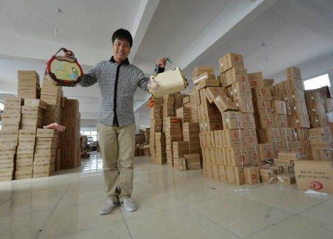 Huang trong xưởng túi của mình