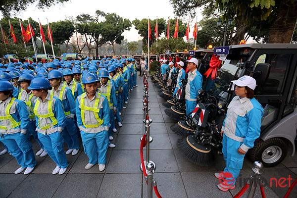 Mười hai xe dọn vệ sinh công nghệ mới cũng được trao tặng cho UBND TP Hà Nội.