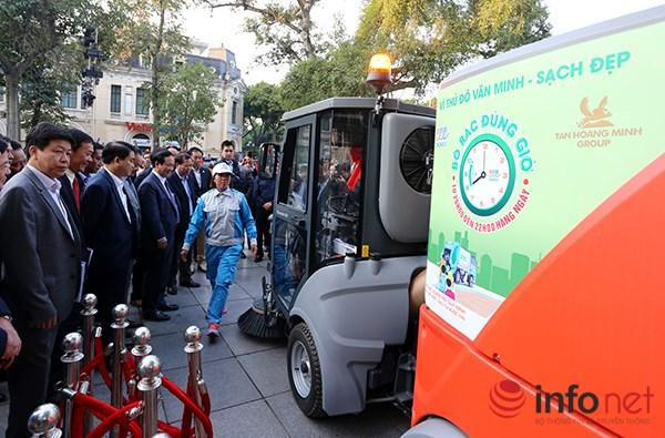 Các vị đại biểu kiểm tra hoạt động của siêu xe dọn vệ sinh.