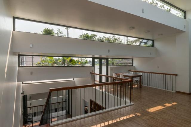 Không chỉ đẹp, lạ bởi hình dáng bên ngoài, không gian bên trong ngôi nhà này từ tầng 1 lên tầng 3 nơi đâu cũng tràn ngập ánh sáng và màu xanh cây cỏ.