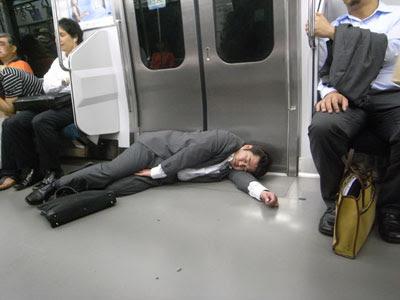 Những người đàn ông mặc vest ngã gục nồng mùi rượu là thứ rất thường gặp tại Nhật Bản.