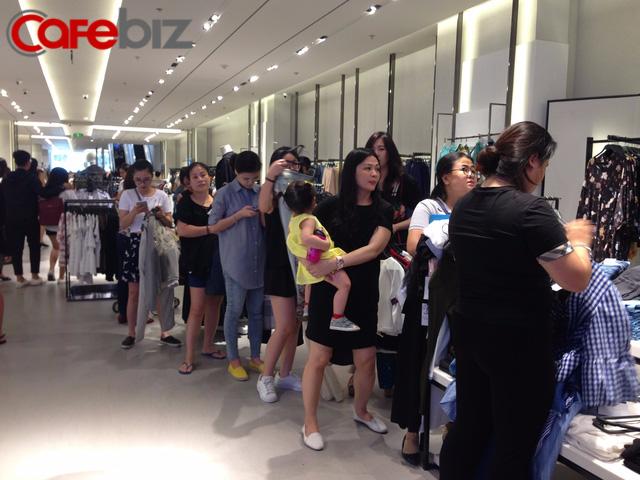 Dòng người xếp hàng trước cửa phòng thử đồ tại cửa hàng Zara trong ngày khai trương 9/9. Ảnh: Thế Trần.