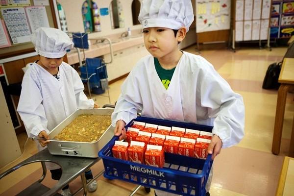 Nhìn cách trẻ em Nhật Bản sang đường, cha mẹ Việt Nam học được điều gì? - Ảnh 5.